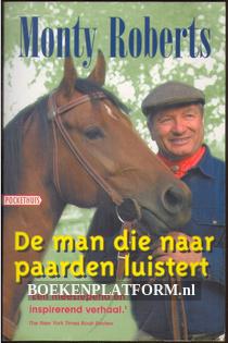 De man die naar paarden luistert