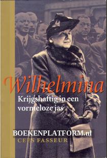 Wilhelmina, krijgshaftig in een vormloze jas